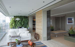 O terraço recebeu uma parede verde, elemento ecológico que trouxe vida e natureza para o espaço.