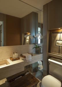 A mesma elegância pode ser observada no lavabo, que conta com materiais nobres, como pedra travertino romana e couro de croco.