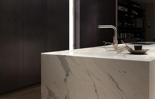 Com texturas que vão do rústico ao contemporâneo, cada um dos acabamentos do mármore tem funções específicas, assim como tempo de produção variado.