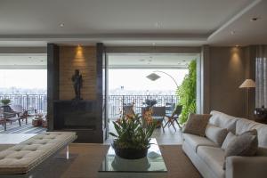 Destaque no ambiente, a lareira ecológica tem revestimento em Nero Marquina, material que harmonizou com perfeição tanto com o piso clássico quanto com a modernidade dos demais materiais.